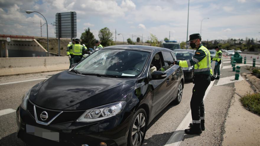 Un guardia civil da el alto a un vehículo en el punto kilométrico 19 de la A6 en Madrid durante la Semana Santa de 2020