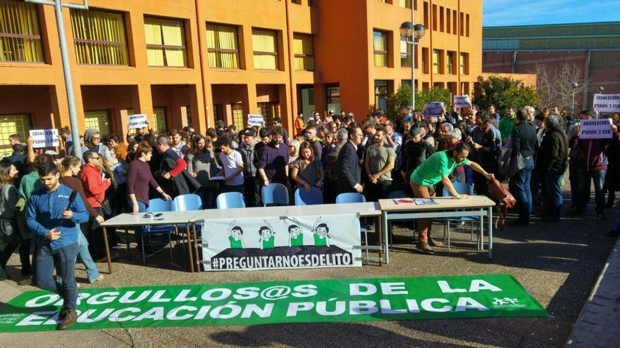Cerca de un centenar de personas han arropado a los imputados por el escrache a Ignacio Diego.   RUBÉN VIVAR