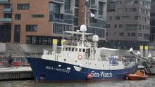 """Vista general del barco de rescate a refugiados """"Sea Watch 2"""" en el puerto de Hamburgo (Alemania)."""