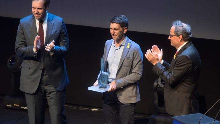 El médico Oriol Mitja (c) acompañado por el presidente de la Generalitat, Quim Torra (d) y el presidente del Grupo Zeta, Antonio Asensio, tras recibir el premio Catalán del Año.