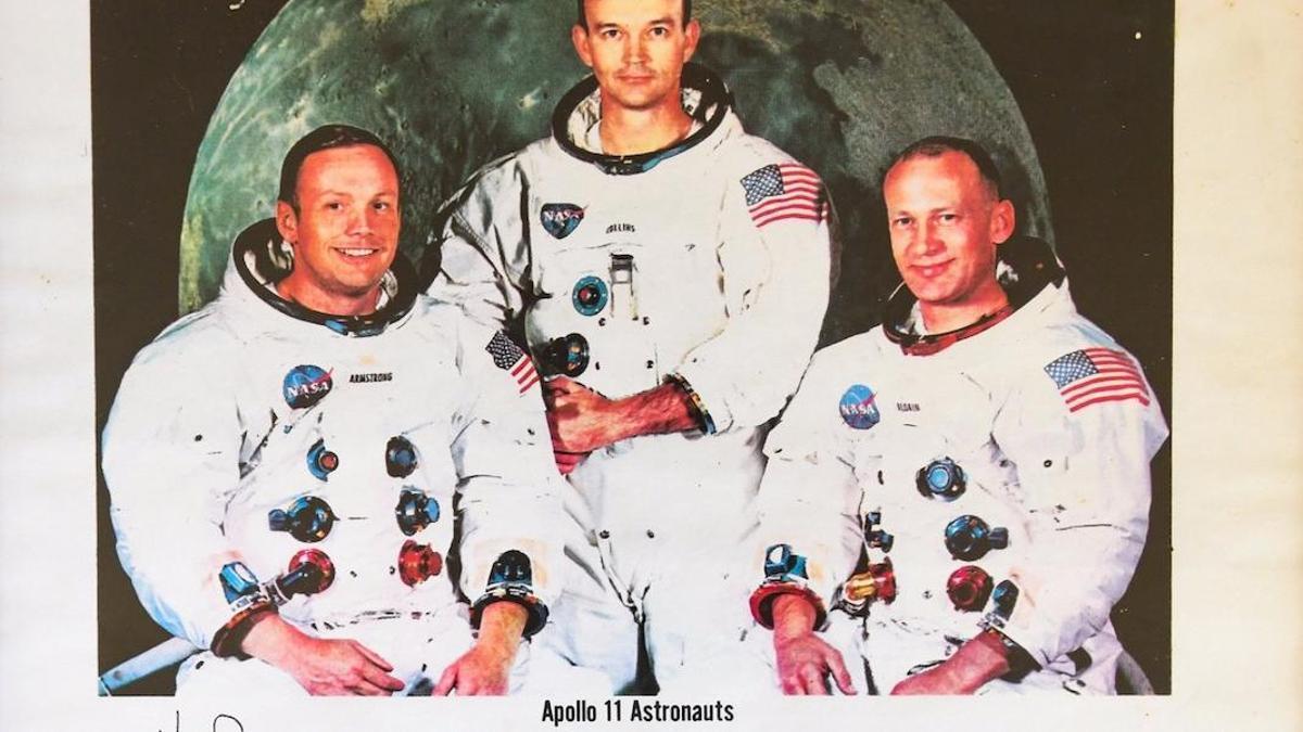 Fotografía enviada por los tripulantes del Apolo XI a la Cofradía de la Virgen de Luna.
