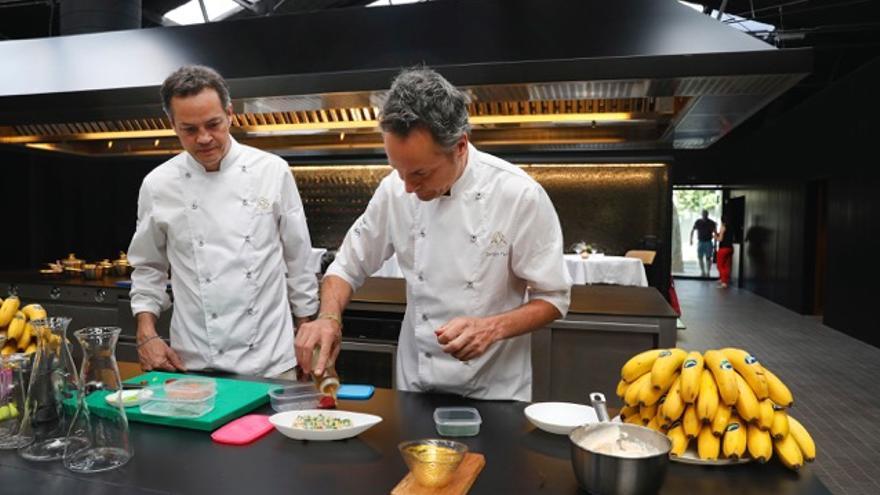 Los cocineros, con dos estrellas Michelin, Sergio y Javier Torres.