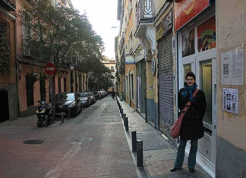 Mariana, junto a su 'galería' de arte | SOMOS MALASAÑA