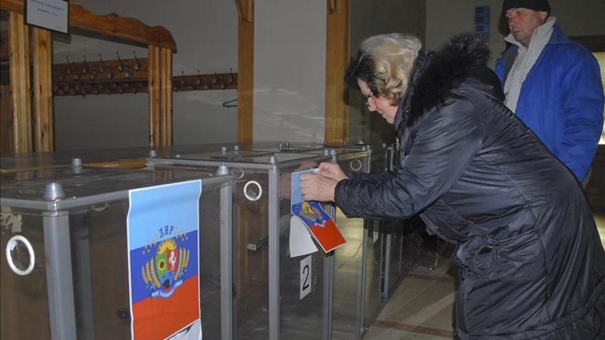 Comienza la votación en las zonas controladas por los separatistas prorrusos