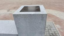 Soporte y placa sin grabar en uno de los soportes del memorial.