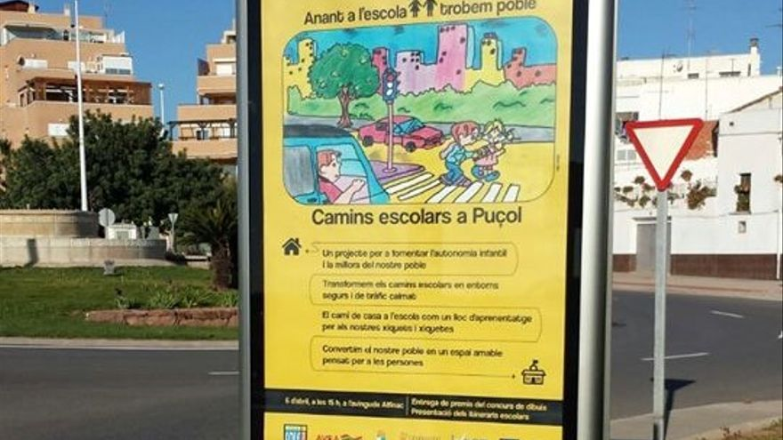 Un cartel informativo acerca de los caminos escolares en la localidad de Puçol