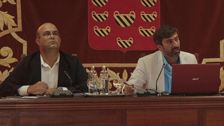 Luis Arráez y Pedro San Ginés, este sábado en el pleno extraordinario del Cabildo de Lanzarote (DIARIO DE LANZAROTE)