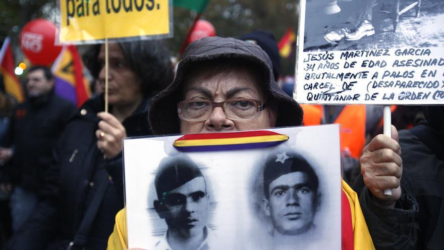 Una de las columnas, reunida con el resto en Atocha, estaba formada por representantes de la plataforma contra la impunidad del franquismo. \ Olmo Calvo