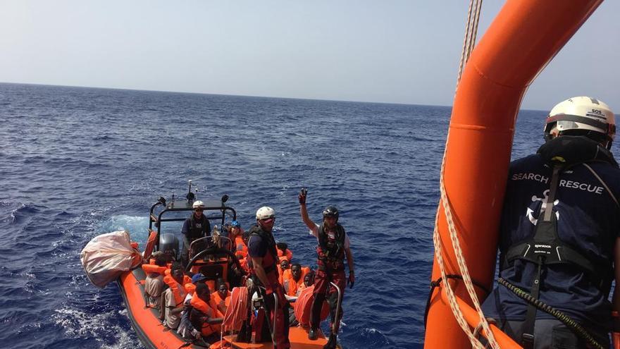El buque Ocean Viking rescata a 80 personas en el Mediterráneo Central.