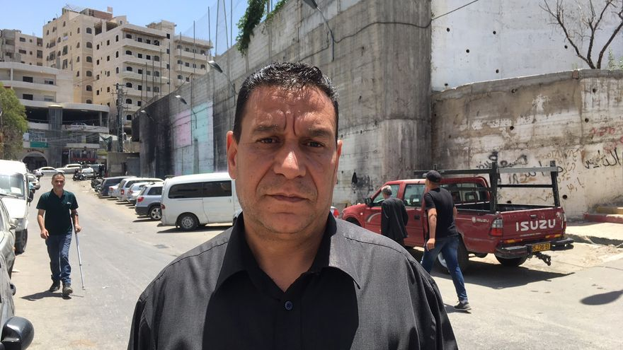Nasser, de 48 años, se mueve por Shuafat como si siempre hubiera vivido en el campo, pese a que llegó hace sólo 13 años desde otro campo de refugiados, Balata.