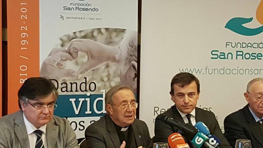 Benigno Moure, segundo por la izquierda, en el acto celebrado este martes