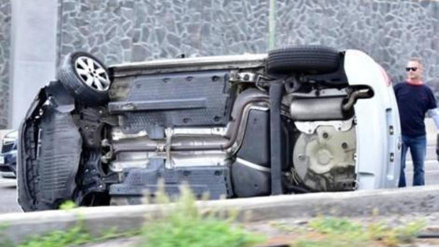 Estado en el que quedó el coche accidentado en la GC-1.
