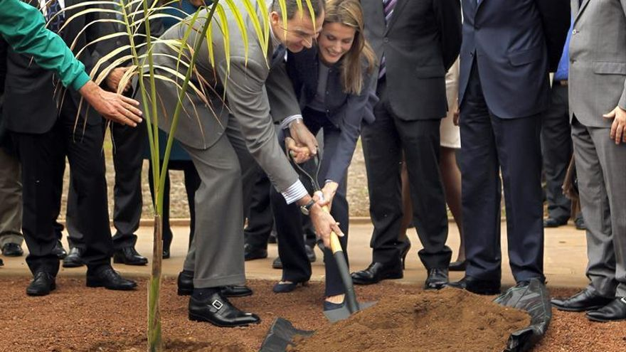 Los Príncipes de Asturias, Felipe y Letizia, plantan una palmera durante la inauguración del Palmetum, en Santa Cruz de Tenerife,