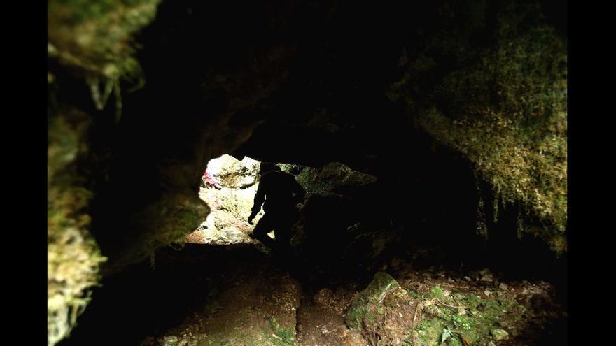 Boca de la cueva donde se encuentra Cecilio López.
