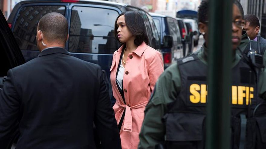 Retiran cargos contra tres policías por la muerte de un joven negro en EE.UU.