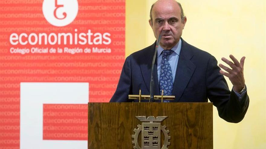 """De Guindos asegura que es """"perfectamente realizable"""" la reducción de impuestos"""