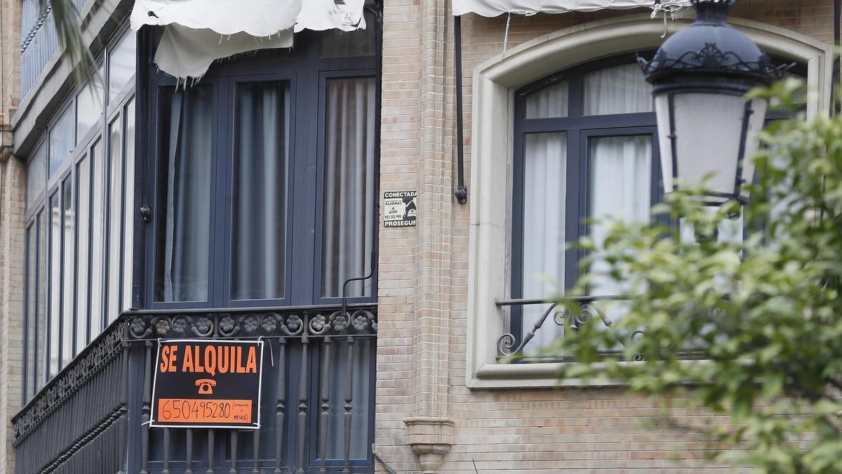 Un cartel de una vivienda en alquiler.