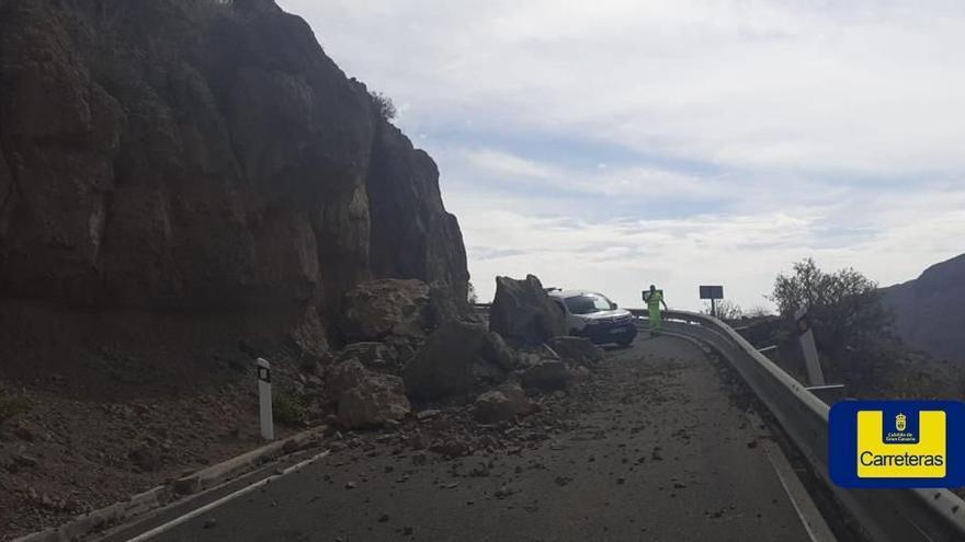 VÍDEO | Cerrada la carretera entre Temisas y Santa Lucía tras un derrumbe