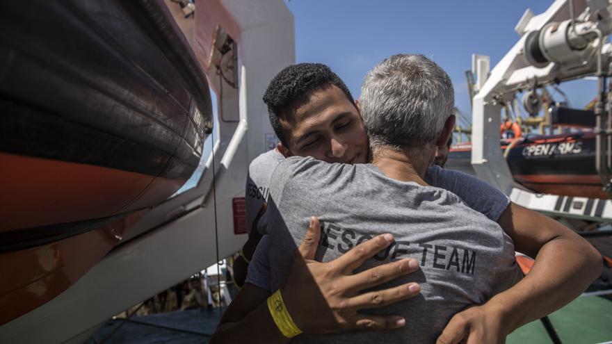 Uno de los migrantes rescatados por el Open Arms se despide de la tripulación.
