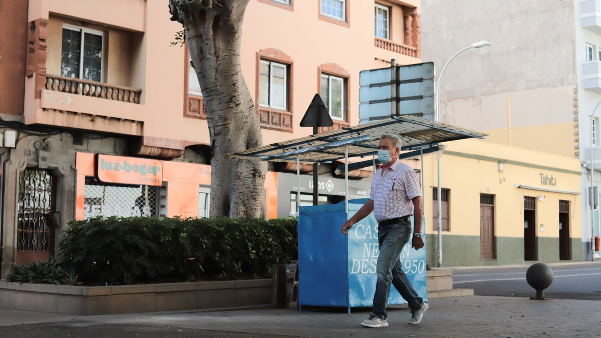 Una persona camina por las Ramblas de Santa Cruz de Tenerife