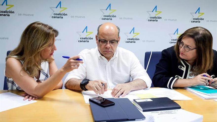 El secretario general del Consejo Político Nacional de Coalición Canaria, José Miguel Barragán (c), junto a la vicesecretaría General de Políticas Sectoriales, Rosa Dávila (i), y a la secretaria nacional de organización, Guadalupe González (d)