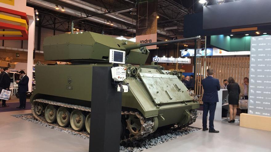 Carro de combate equipado con un dispositivo de control remoto expuesto en la Feria Internacional de Defensa y Seguridad, que se celebra en Madrid.