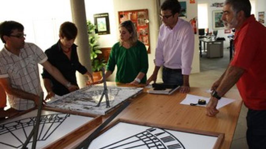 Zacarías Gómez, segundo por la derecha, muestra la réplica del reloj de sol que se instalará en el Real Santuario de las Nieves.?