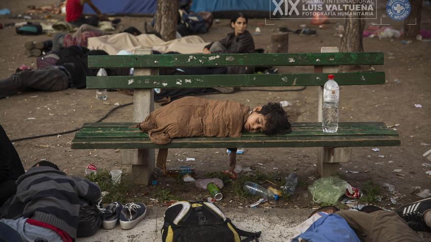 La serie 'Supervivientes en busca de refugio', de Olmo Calvo, ha ganado el premio Internacional de Fotograría Humanitaria Luis Valtueña, de Médicos del Mundo. El trabajo sigue los pasos del éxodo de personas sirias, iraquíes o afganas que huyen de la guerra. Su destino: los países del norte de Europa. En esta imagen, un niño duerme en un banco del parque Bristol de Belgrado (Serbia). En ese parque pasaban la noche cientos de refugiados antes de continuar su camino hacia Hungría. (30/08/2015).   Foto: Olmo Calvo.