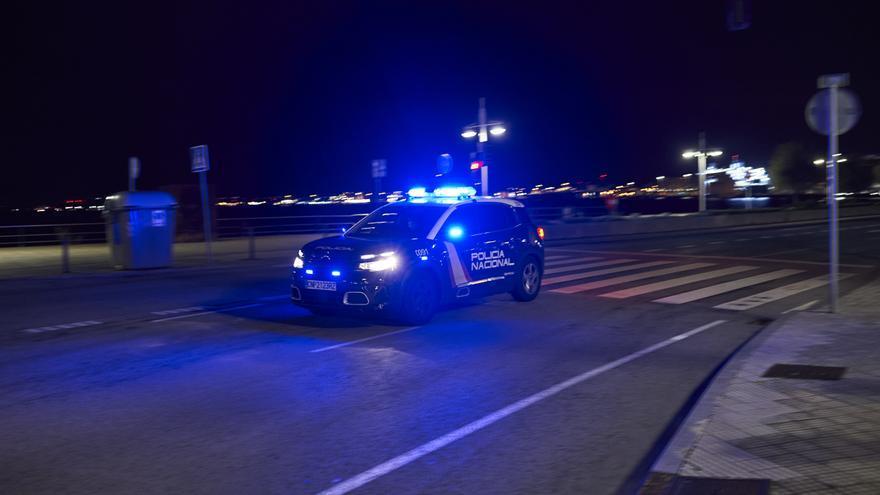 Un coche de Policía Nacional circula por el Paseo Pereda, de Santander, durante el toque de queda.
