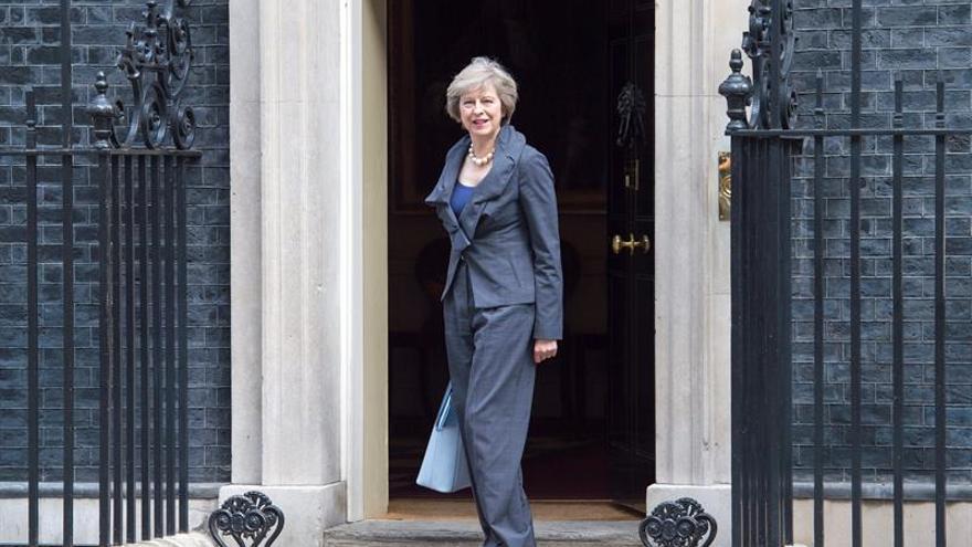 Cameron presenta hoy la dimisión a Isabel II y cede el Gobierno a May