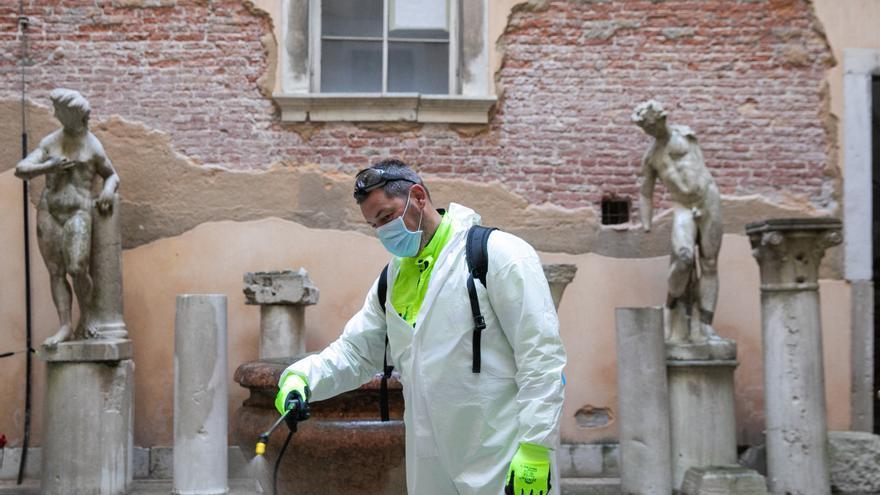 Un operario desinfecta los alrededores de la plaza de San Marcos en Venecia (Italia).
