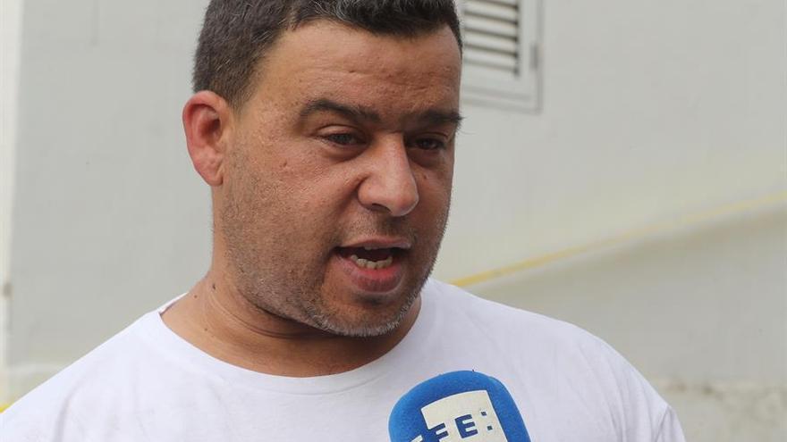 Alvaro Delgado, propietario de una de las casas quemadas en Tasarte. EFE/ Elvira Urquijo A.