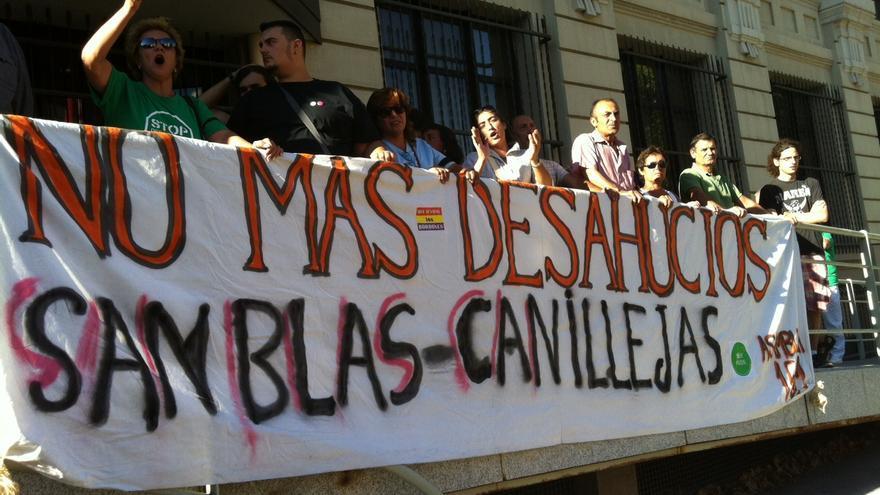 Manifestantes protestan ante la sede de la EMVS