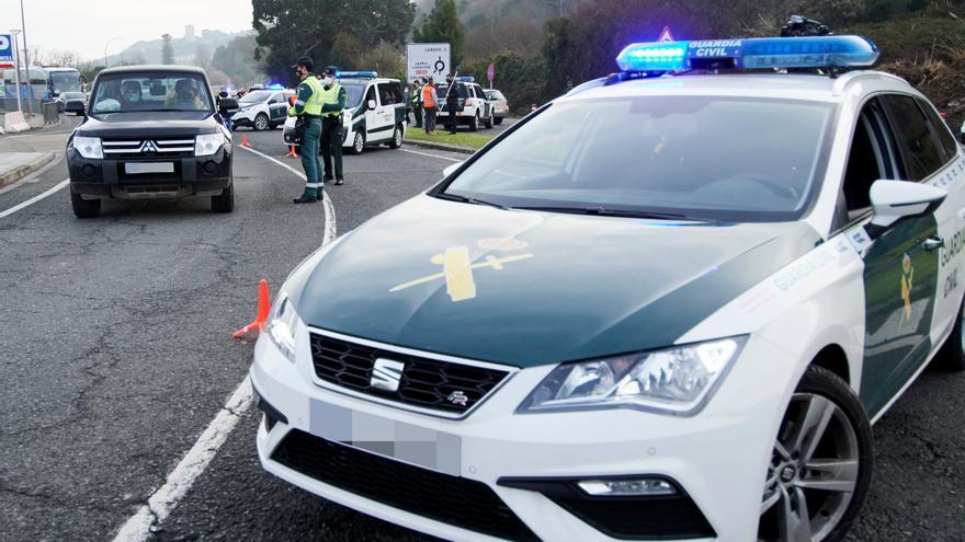 Archivo - Un coche de la Guardia Civil durante un control efectuado  en Cantabria