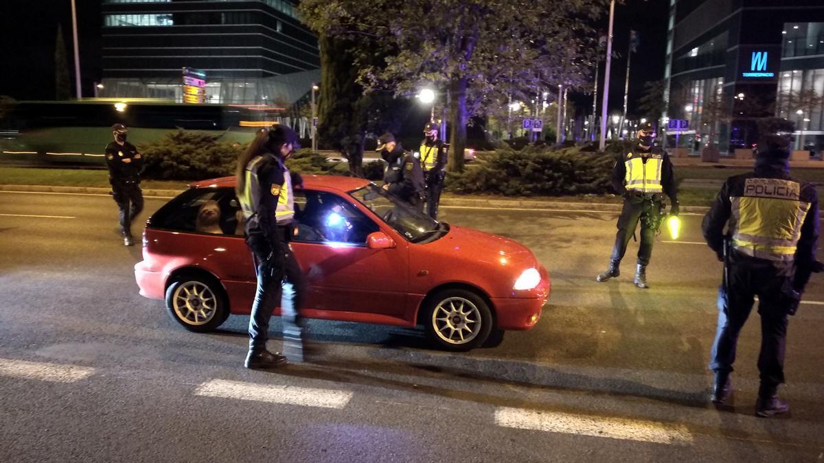 Imagen del control policial de este viernes con la llegada de las nuevas restricciones a Madrid.