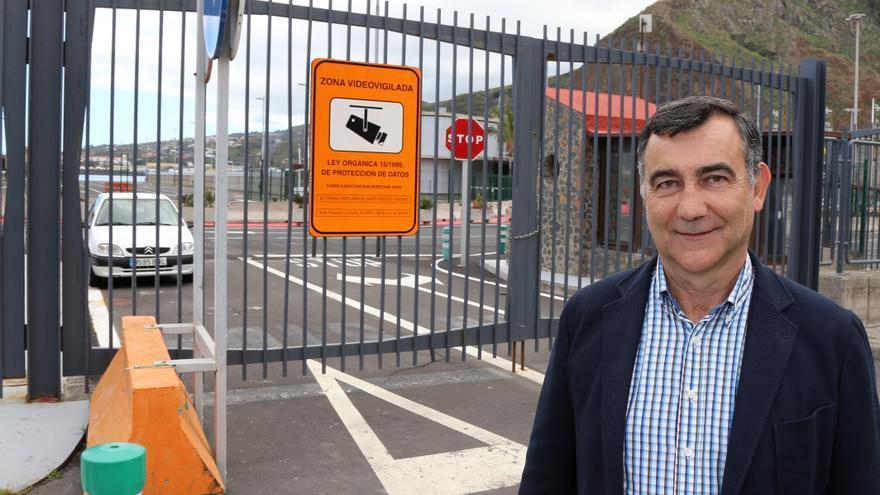 Juan Arturo San Gil a la entrada del recinto portuario.
