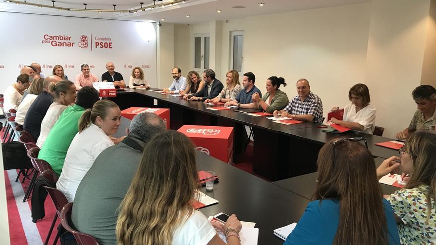 La dirección del PSOE se reúne mañana para decidir sobre los cambios en el Gobierno tras el encuentro con el PRC