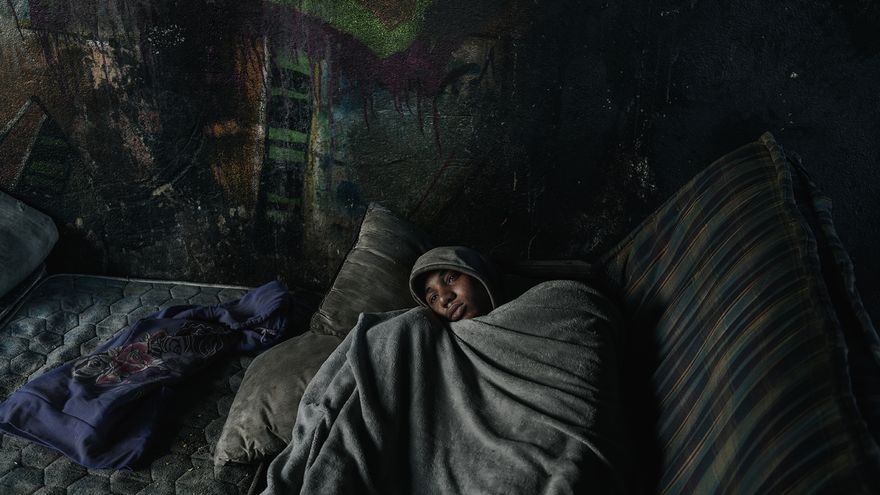 """José le encontró debajo de un puente en Melilla. Tenía fiebre y pasó el día acurrucado bajo un montón de mantas. Junto a un trabajador de una organización social, trataron que el menor fuera atendido por un médico, pero el hospital les cerró las puertas. """"Esto supone, para mí, violencia sanitaria"""", denuncia el fotoperiodista. Por desgracia, continúa, esto pasa muchas veces: los niños no tienen acceso al sistema de salud, mucho menos si van solos. Al final, no pudieron darle más que un gelocatil."""