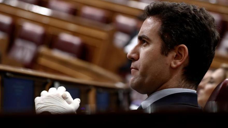 El secretario general del PP, Teodoro García Egea escucha al presidente del Gobierno, Pedro Sánchez, en el Congreso.