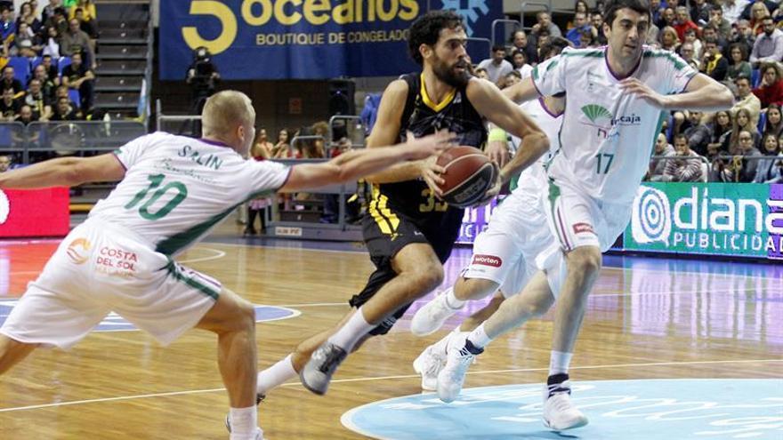 El alero del Iberostar Tenerife, Javier Beirán (c), supera a Sasu Salin (i) y Giorgi Shermadini, de Unicaja