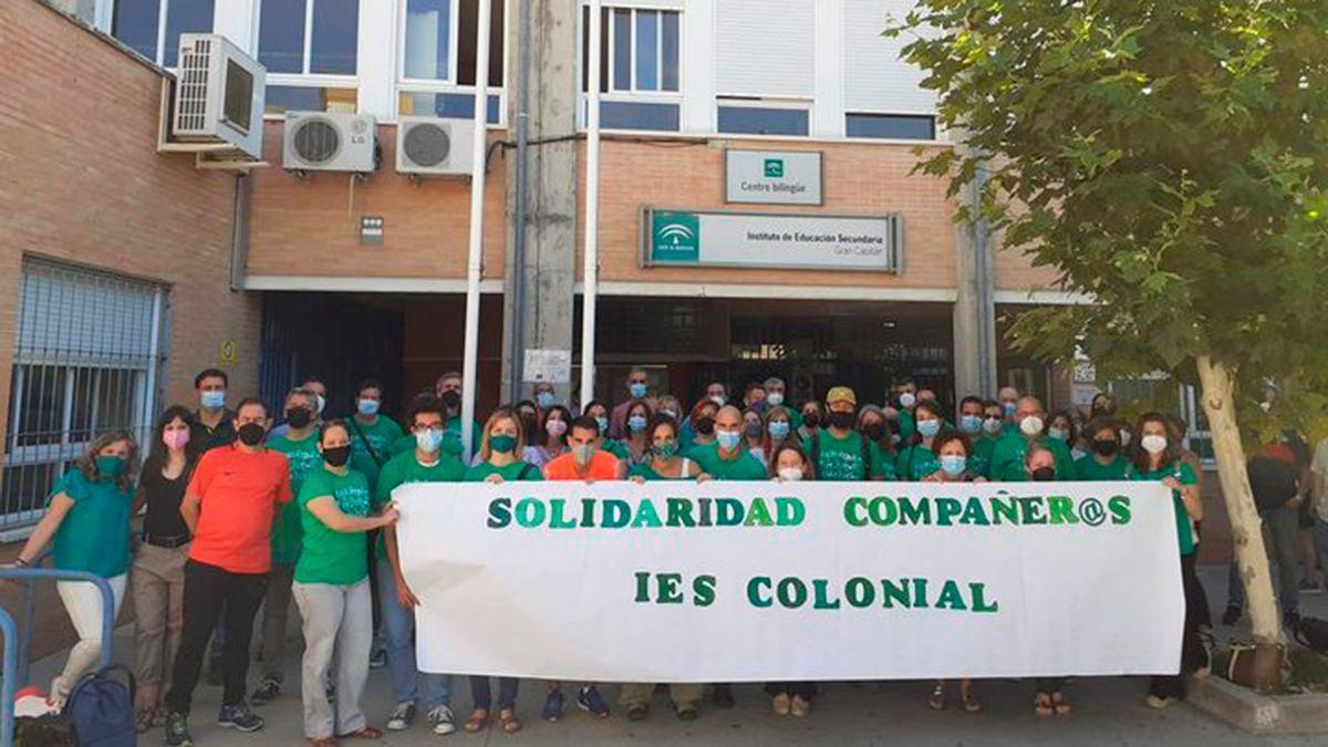 Integrantes de la Marea Verde se concentran en apoyo a los docentes del IES Colonial de Fuente Palmera, condenados en el caso del menor ahogado.