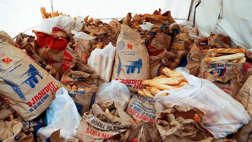 Regalan cinco toneladas de pan en Buenos Aires en rechazo al alza de tarifas
