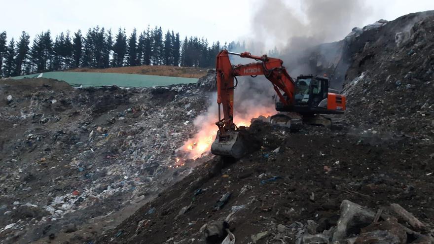 Máquinas sofocando el fuego en el vertedero de Zaldibar