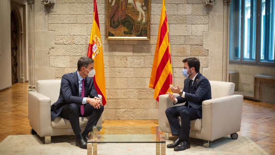 El presidente del Gobierno, Pedro Sánchez (i), y el de la Generalitat, Pere Aragonès (d), se reúnen en el Palau de la Generalitat antes de que se celebre la segunda reunión de la mesa del diálogo entre el Gobierno central y el Govern catalán