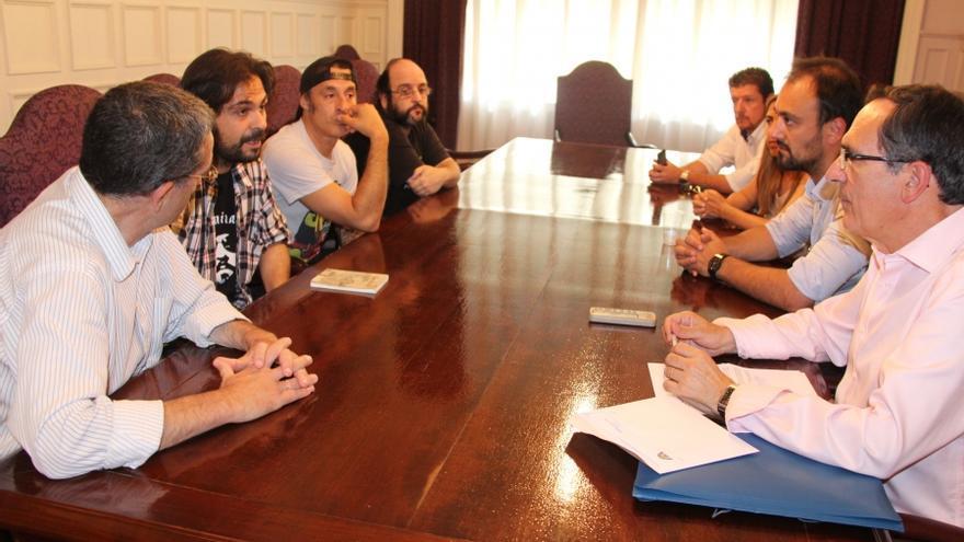 Reunión celebrada entre el alcalde de Torrelavega y la Asociación Cultura sin Techo.