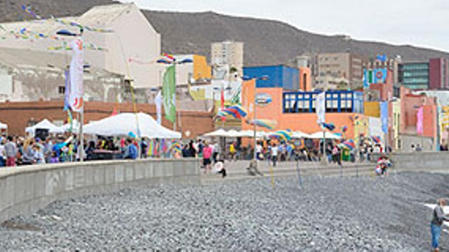 Miles de personas saborean el mar en San Cristóbal