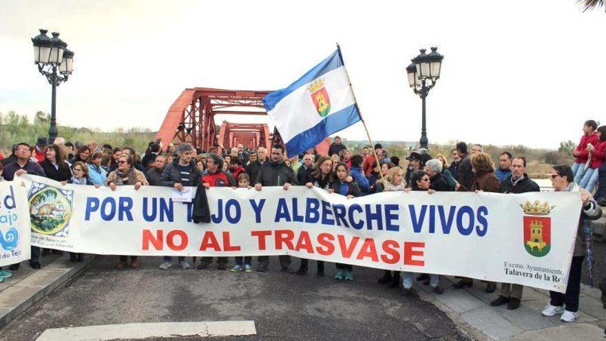 Imagen de archivo. Manifestación de la Plataforma en Defensa de los ríos Tajo y Alberche de Talavera de la Reina
