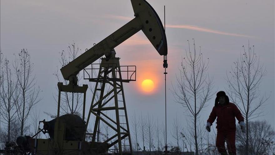 El petróleo de Texas cae un 4,73 % y cierra en 44,68 dólares