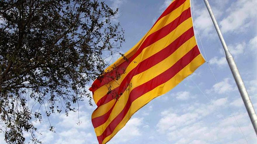 La bandera catalana ondeando en una imagen de archivo / EFE