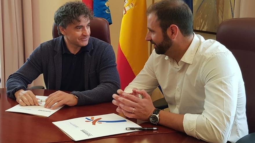 Francesc Colomer junto al alcalde de la Vilavella, el socialista Manel Martínez (derecha)